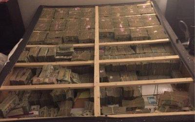 کشف ۲۰ میلیون دلار پول نقد٬ زیر تشک خواب